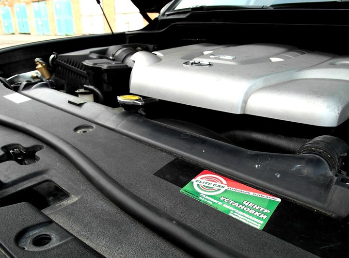 Подкапотная компоновка ГБО BRC Sequent Plug&Drive CNG, Toyota Land Cruiser 200
