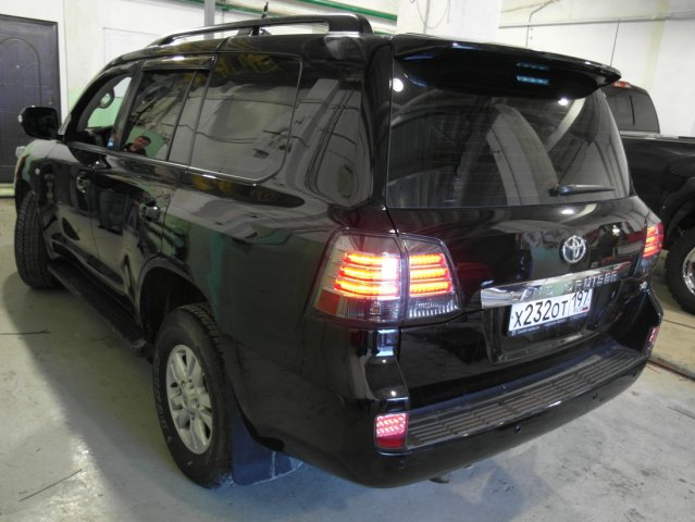 Вид сзади Toyota Land Cruiser 200