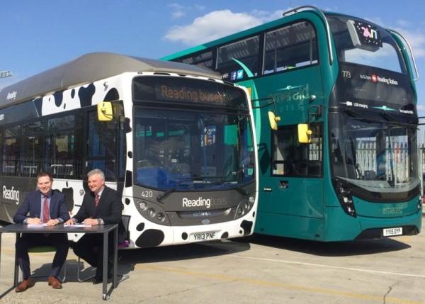 Мартин Гилберт (Reading Buses) и Марк Оливер (Scania) подписывают контракт. Автобус Scania на биогазе, дизельный даблдекер Alexander Dennis, кузов, аналогичный заказанным автобусам