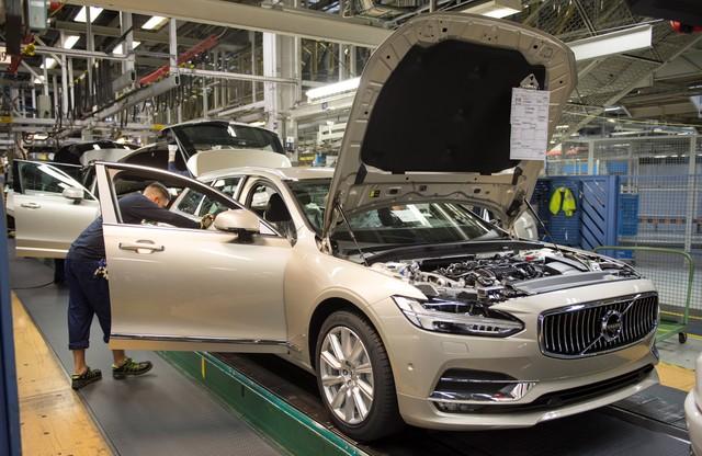 Volvo V90 на заводском конвейере