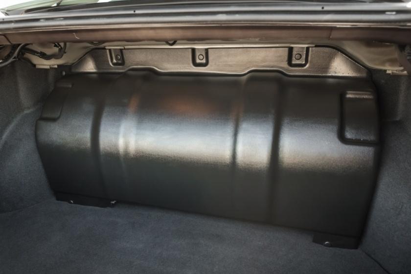 Со стороны багажника баллон закрыт кожухом