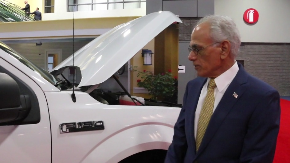 Президент ANGP Боб Бонелли представляет Ford F-150 на адсорбированном природном газе
