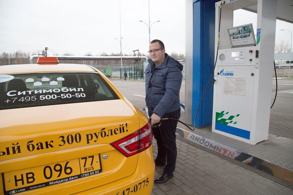 заправка автомобиля природным газом, заправочное устройство в лючке бензобака
