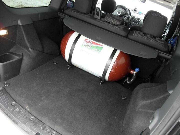 баллон метан в багажнике Лады Ларгус