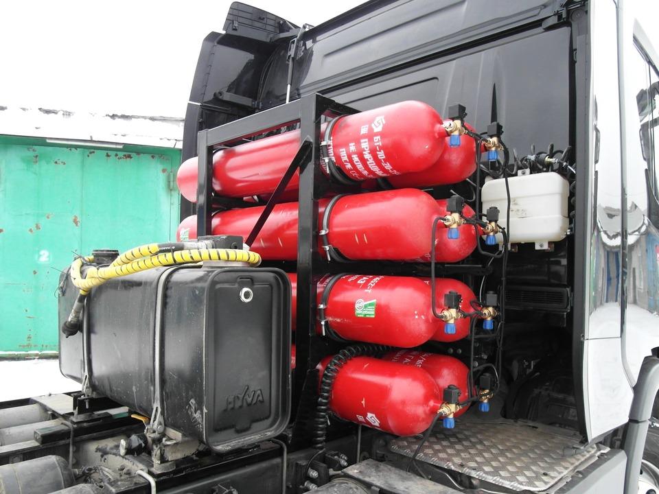 кассета 8 баллонов метан по 70 литров за кабиной Scania G410